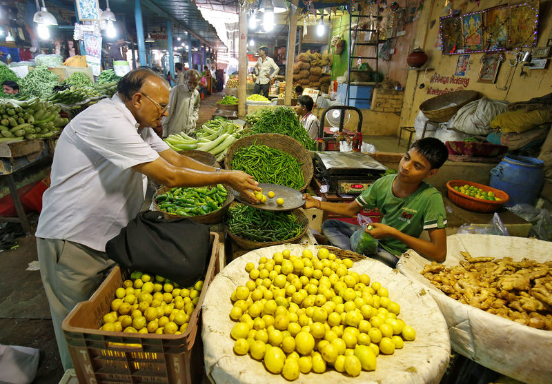 © Reuters. A man buys lemons at a market in Ahmedabad