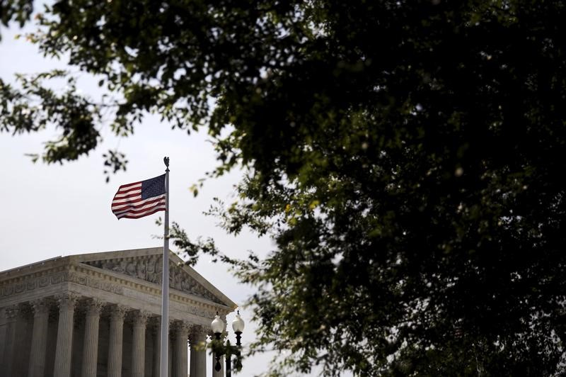 © Reuters. FILE PHOTO: A general view of the U.S. Supreme Court building in Washington