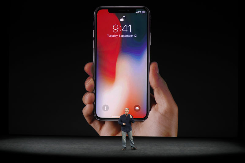 © Reuters. Apple's Schiller introduces the iPhone X during a launch event in Cupertino