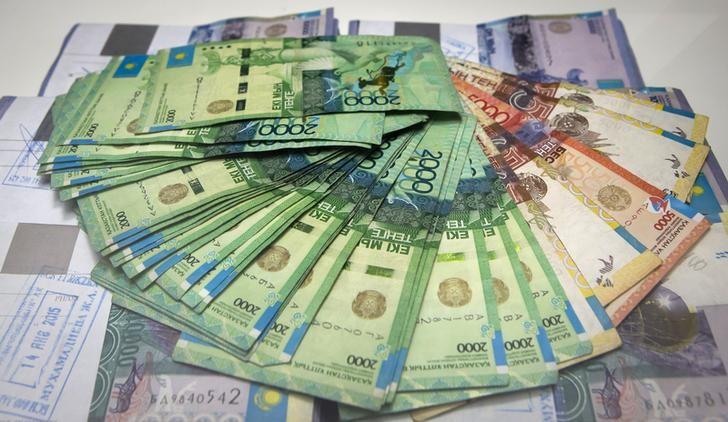 © Reuters. Казахские тенге в отделении Евразийского банка в Алма-Ате