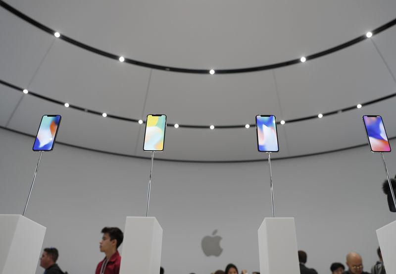 © Reuters. iPhones X em exposição durante evento de lançamento da Apple em Cupertino, Estados Unidos