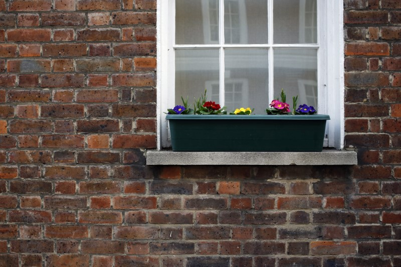 © Reuters. FILE PHOTO - Flowers are seen outside a house in central London