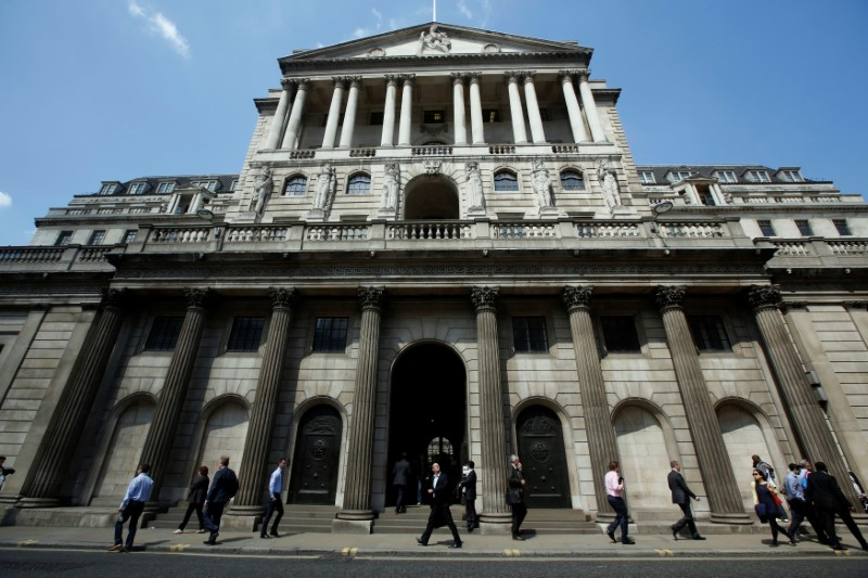 © Reuters. Pedestrians walk past the Bank of England in the City of London
