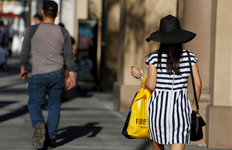 © Reuters. FILE PHOTO: A shopper walks in the Old Town shopping area of Pasadena