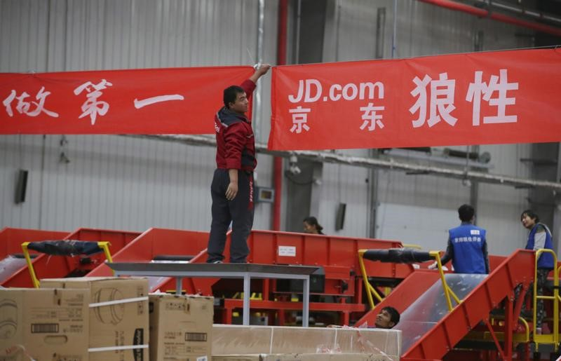 © Reuters. FILE PHOTO: An employee works at a JD.com logistics centre in Langfang