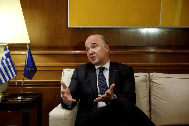 © Reuters. EU Commissioner Moscovici gestures during his meeting with Greek PM Tsipras at Maximos Mansion in Athens