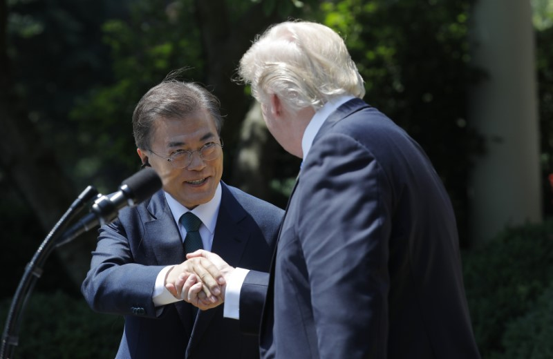 © Reuters. File photo: U.S. President Trump greets South Korean President Moon Jae-in prior to delivering joint statement at the White House in Washington