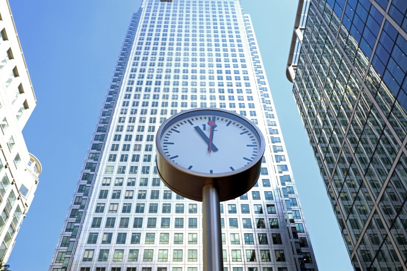 © Reuters. FILE PHOTO: A clock is seen in London's Financial centre at Canary Wharf In London, Britain