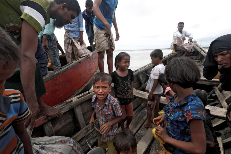 © Reuters. Rohingya refugees wait to be transported to Cox's Bazar after their arrival