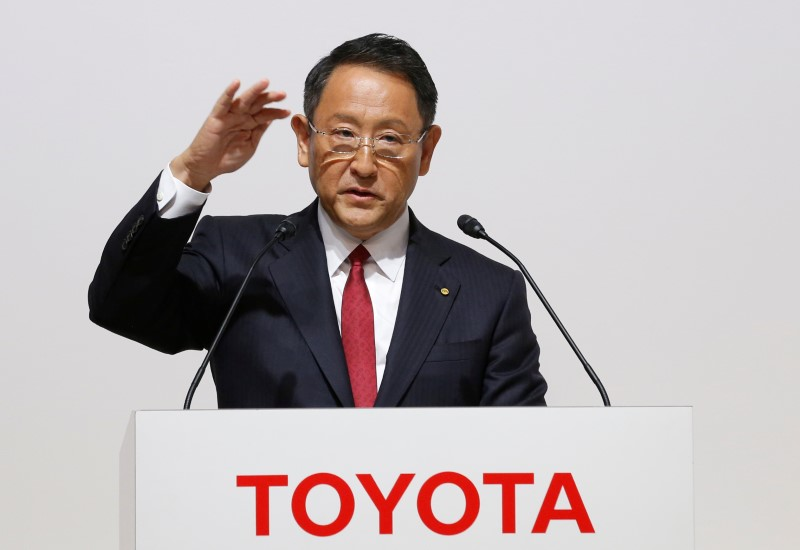 © Reuters. Toyota Motor President Akio Toyoda speaks at a joint news conference in Tokyo