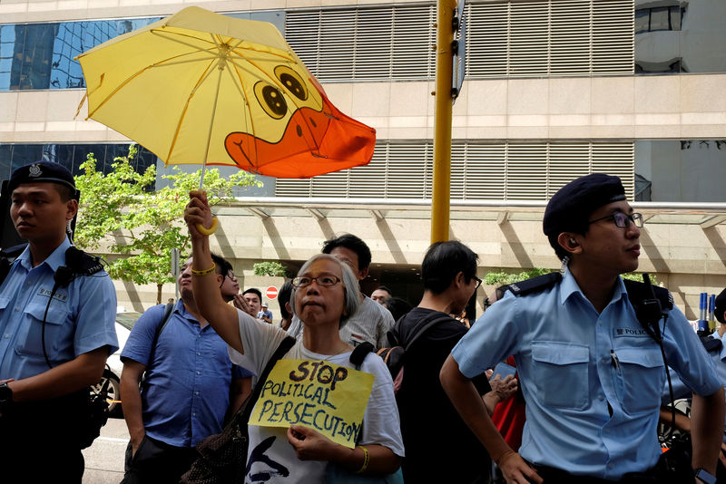 © Reuters. A protester supporting Occupy Central pro-democracy movement holds a placard outside a district court in Hong Kong