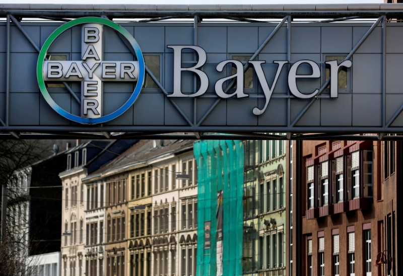 © Reuters. FILE PHOTO: The logo of Bayer AG is pictured at the Bayer Healthcare subgroup production plant in Wuppertal