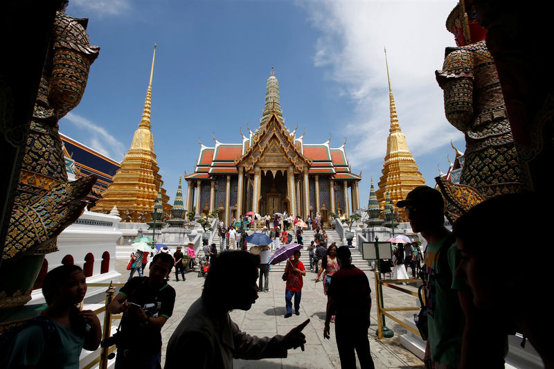© Reuters. FILE PHOTO - Tourists visit the Grand Palace in Bangkok
