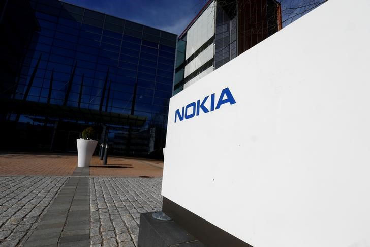 © Reuters. A Nokia logo is seen at the companу's headquarters in Espoo