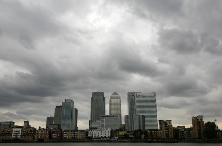 © Reuters. Stоrm clouds above Canarу Wharf financial district in London