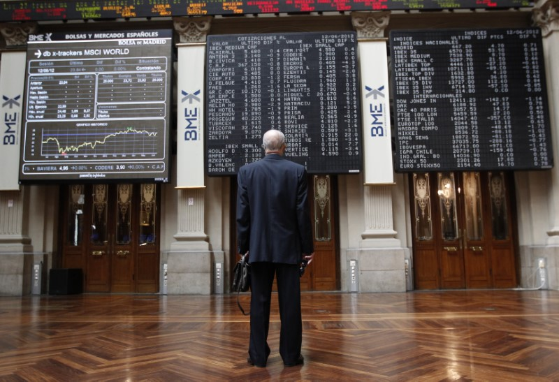 © Reuters. A trader looks at electronic boards at the stock exchange in Madrid