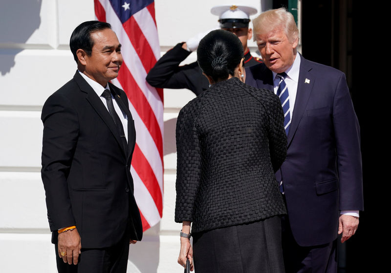 © Reuters. U.S. President Donald Trump greets Thai Prime Minister Prayut Chan-o-Cha and his wife Naraporn Chan-o-Cha at the White House in Washington