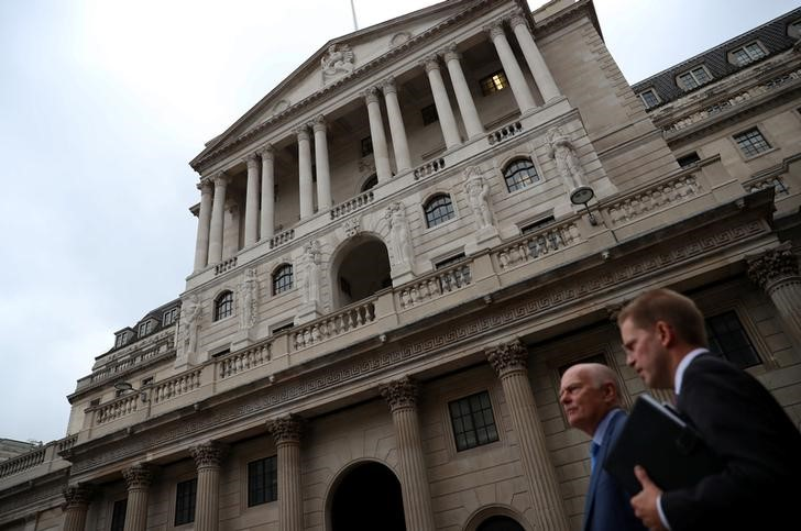 © Reuters. People walk past the Bank of England in the City of London