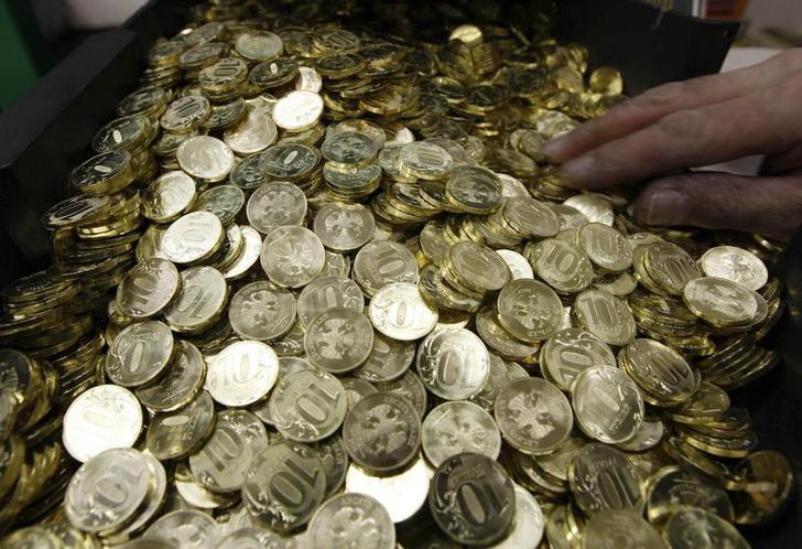© Reuters. Монеты по 10 рублей на Санкт-Петербургском монетном дворе