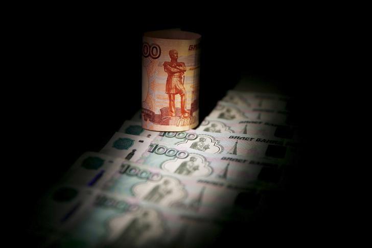 © Reuters. Банкноты по 5.000 и 1.000 рублей
