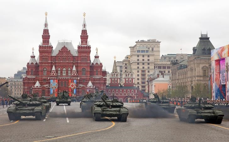 © Reuters. Военная техника на Красной площади во время парада по случаю Дня победы