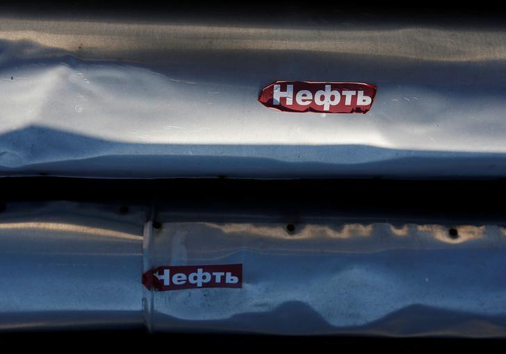 © Reuters. Трубы на Приобском нефтяном месторождении Роснефти
