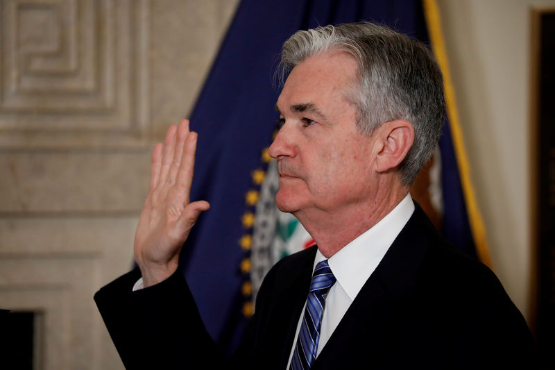 © Reuters. Federal Reserve Chairman Jerome Powell takes the oath of office administered by Federal Reserve Board member Randal Quarles at the Federal Reserve in Washington