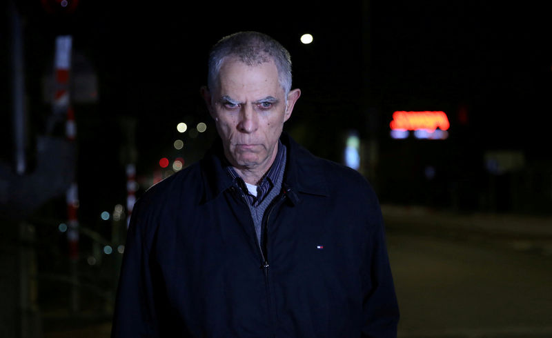 © Reuters. FILE PHOTO: Owner and publisher of Yedioth Ahronoth Arnon Mozes leaves a police investigation unit in Lod