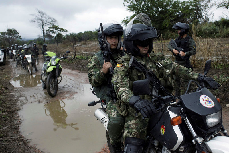 © Reuters. Colombian soldiers patrol during a military operation at the border with Venezuela in Cucuta