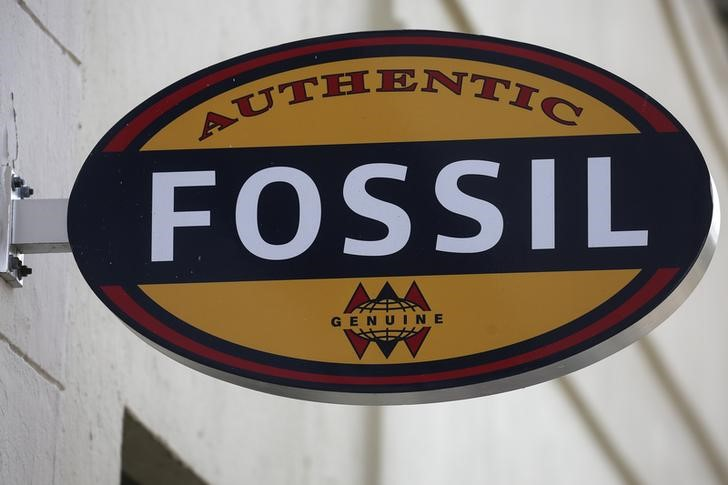 © Reuters. FILE PHOTO -  A Fossil store logo is pictured on a building along the Lincoln Road Mall in Miami Beach