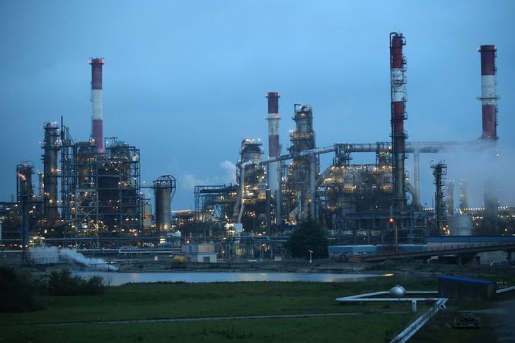© Reuters. النفط يصعد بعد بيانات المخزونات الأمريكية وتعليقات سعودية