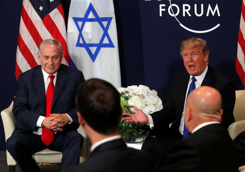 © Reuters. FILE PHOTO - U.S. President Donald Trump speaks with Israeli Prime Minister Benjamin Netanyahu during the World Economic Forum (WEF) annual meeting in Davos