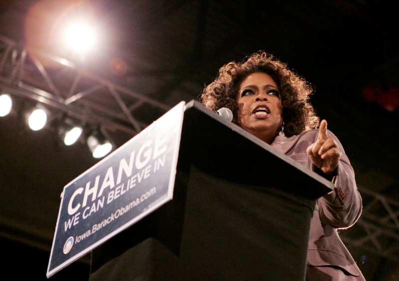 © Reuters. FILE PHOTO: Oprah Winfrey speaks at a rally in Des Moines Iowa
