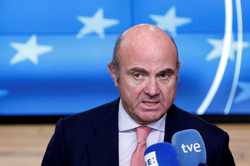 © Reuters. Spain's Economy Minister de Guindos talks to the media during a eurozone finance ministers meeting in Brussels