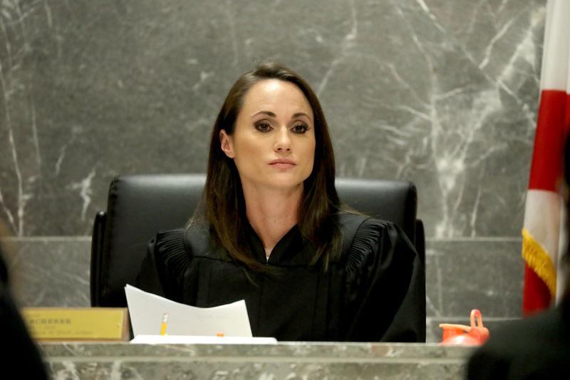 © Reuters. Broward Circuit Judge Scherer listens to arguments in the Nikolas Cruz status hearing in Fort Lauderdale