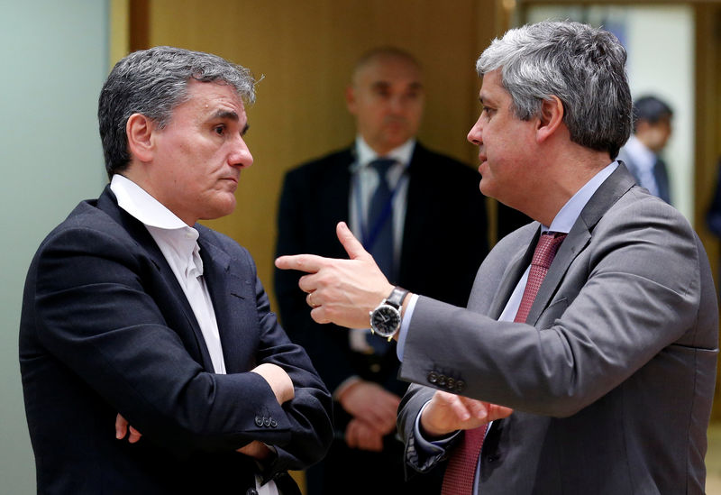 © Reuters. Greek Finance Minister Tsakalotos and Eurogroup President Centeno attend a eurozone finance ministers meeting in Brussels