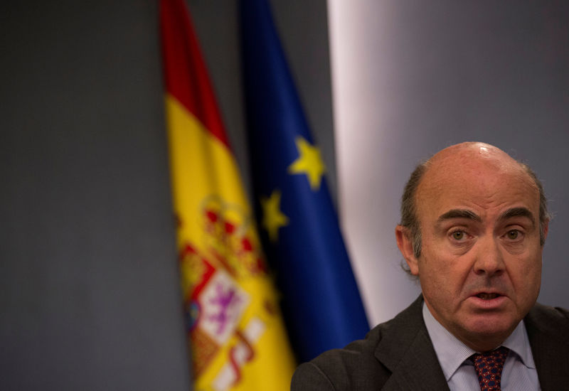 © Reuters. FILE PHOTO:Spain's Economy Minister de Guindos speaks during a news conference after the weekly cabinet meeting at Moncloa Palace in Madrid
