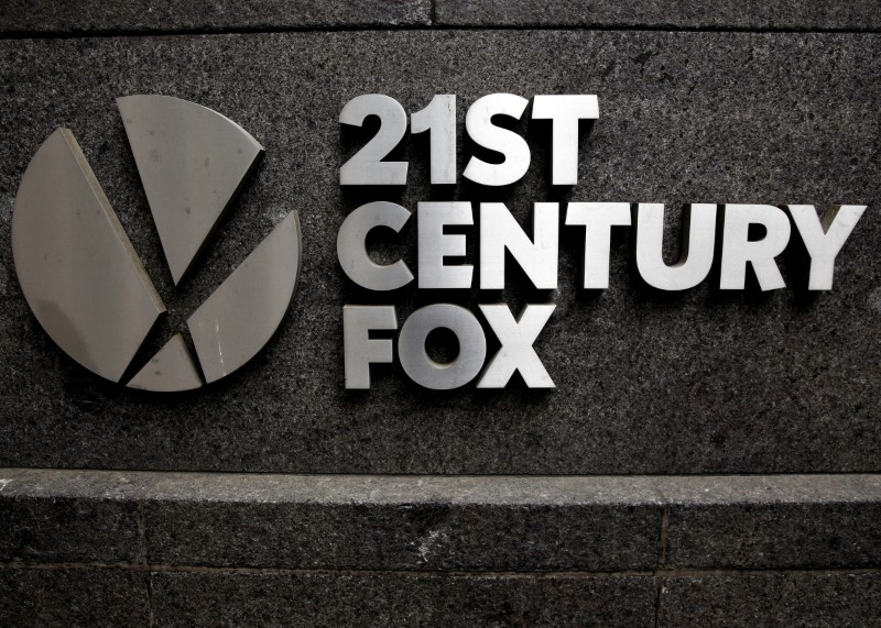 © Reuters. FILE PHOTO -  The 21st Century Fox  logo is seen outside the News Corporation headquarters in New York