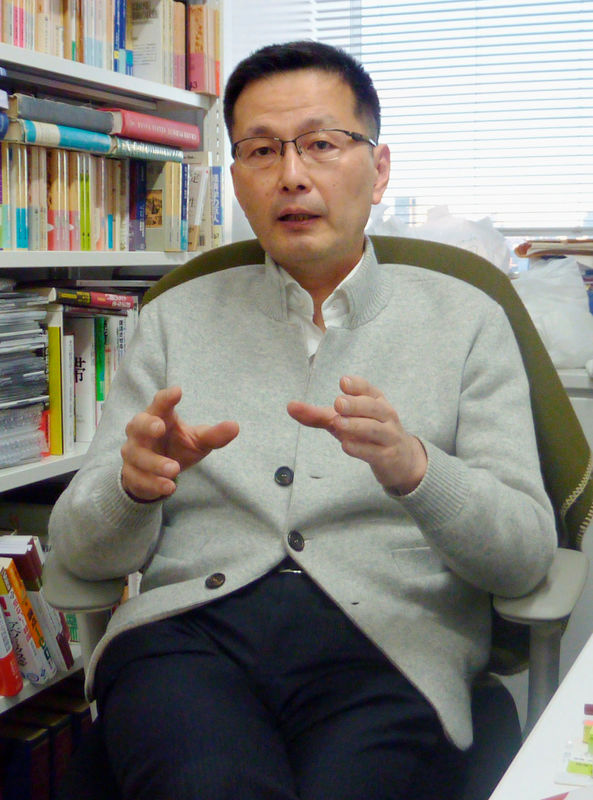 © Reuters. Waseda University professor Masazumi Wakatabe speaks during an interview in Tokyo