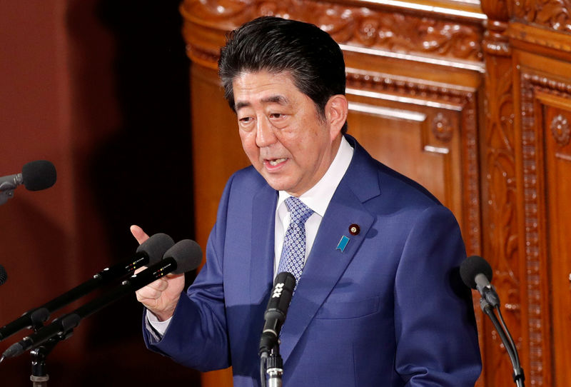 © Reuters. Japan's Prime Minister Shinzo Abe makes a speech at an opening of a new session of parliament in Tokyo