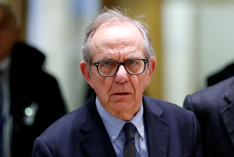 © Reuters. Italy's Finance Minister Padoan arrives to attend a eurozone finance ministers meeting in Brussels