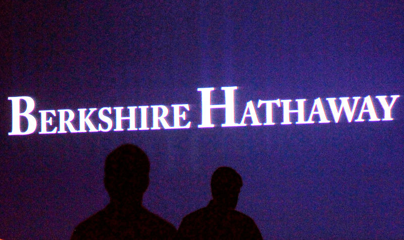 © Reuters. FILE PHOTO: Berkshire Hathaway shareholders walking by a video screen at the company's annual meeting in Omaha