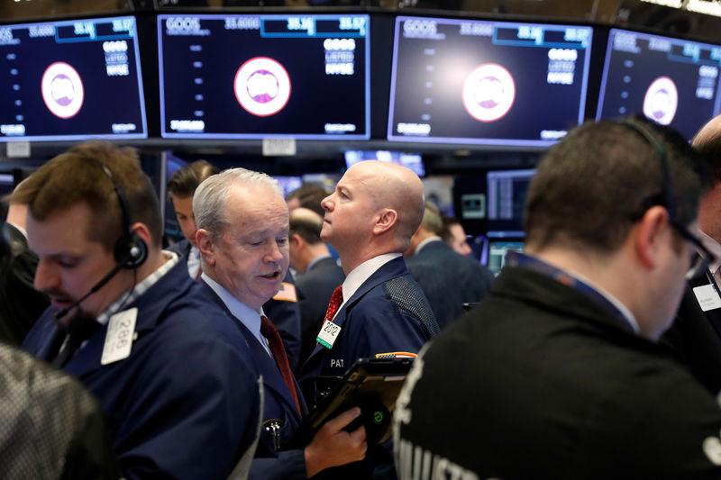 © Reuters. Трейдеры на фондовой бирже в Нью-Йорке