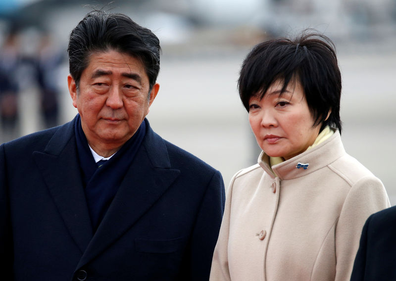 © Reuters. FILE PHOTO - Japan's Prime Minister Shinzo Abe and his wife Akie at Haneda Airport in Tokyo