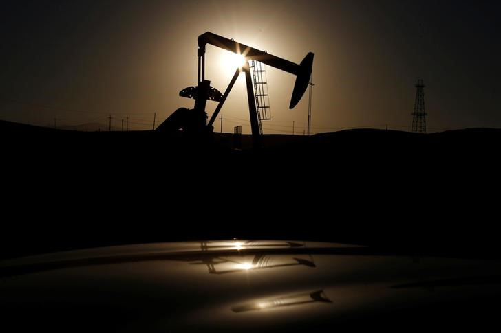 © Reuters. FILE PHOTO - A pump jack is seen at sunrise near Bakersfield