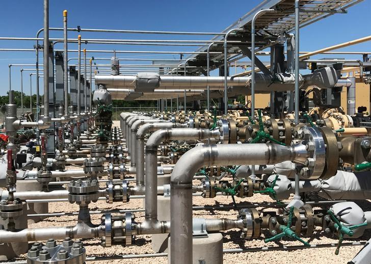 © Reuters. Оборудование для переработки диоксида углерода, сырой нефти и воды на предприятии Occidental Petroleum Corp в городе Хоббс в штате Нью-Мексико