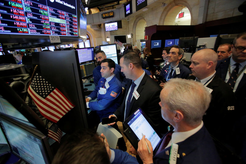 © Reuters. Traders work on the floor at the New York Stock Exchange (NYSE) in Manhattan, New York