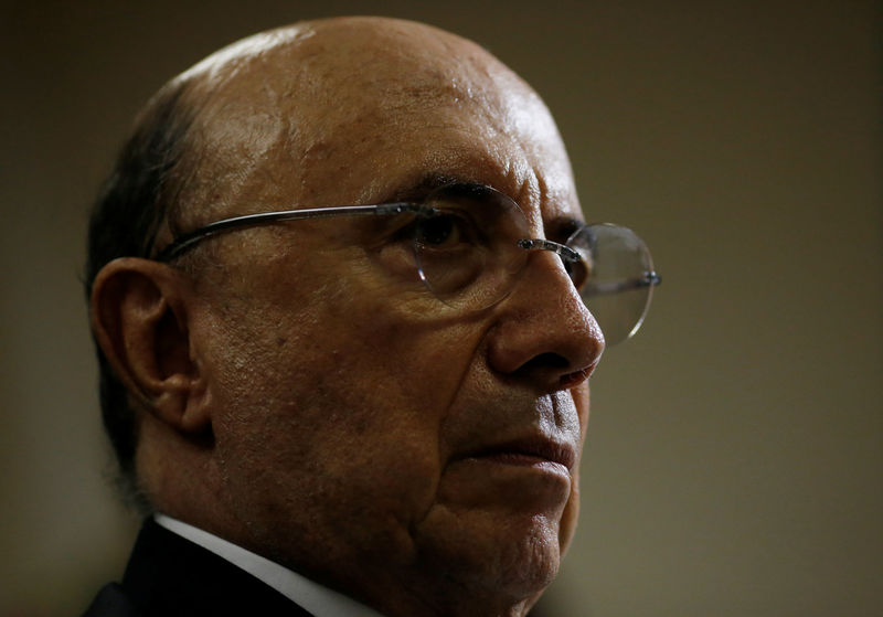 © Reuters. Brazil's Finance Minister Meirelles listens to Rio de Janeiro's Mayor Crivella  during a meeting in Brasilia