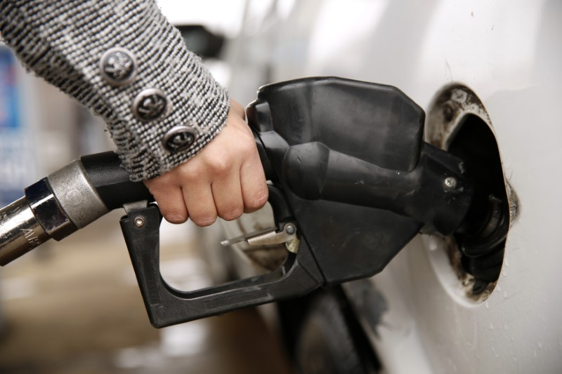 © Reuters. A woman pumps gas at a station in Falls Church