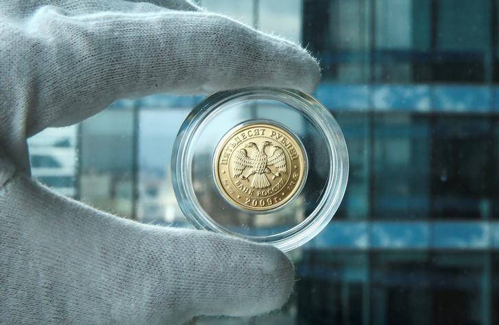 © Reuters. Золотая 50-рублевая монета в Москве